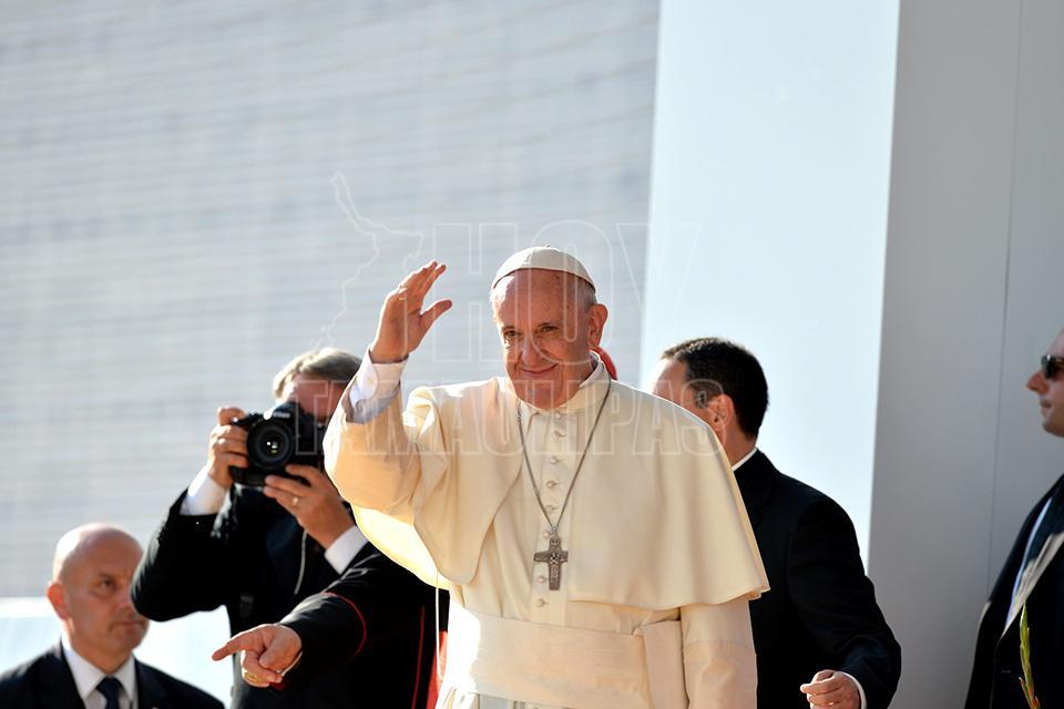 Papa pide a jóvenes hacer de la oración su primer 'chat' diario