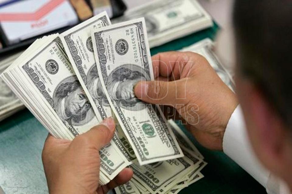 Dólar cotiza hasta en 19.55 pesos en AICM