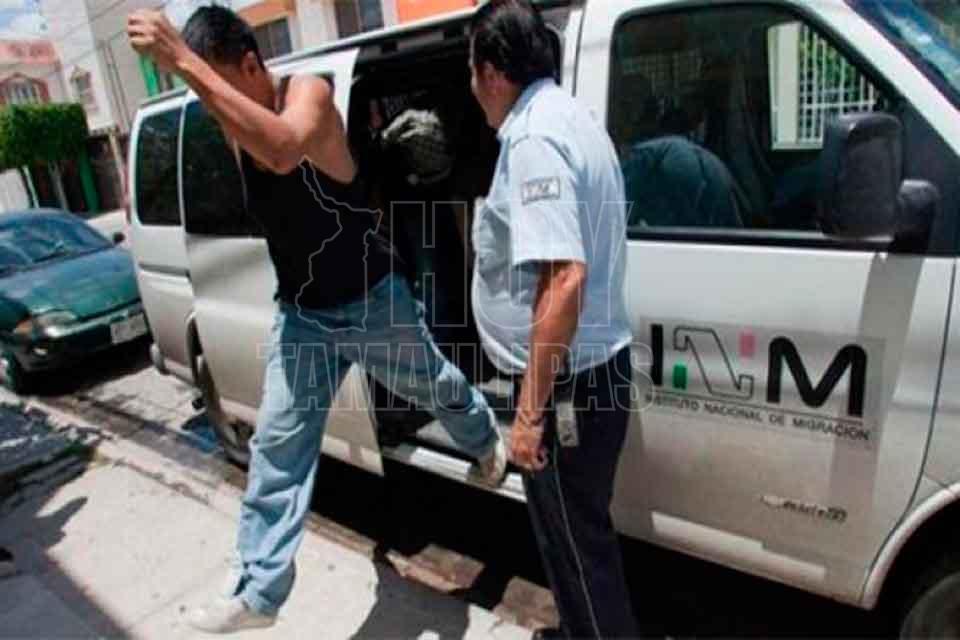 Migración rescata a 121 extranjeros hacinados dentro de un camión