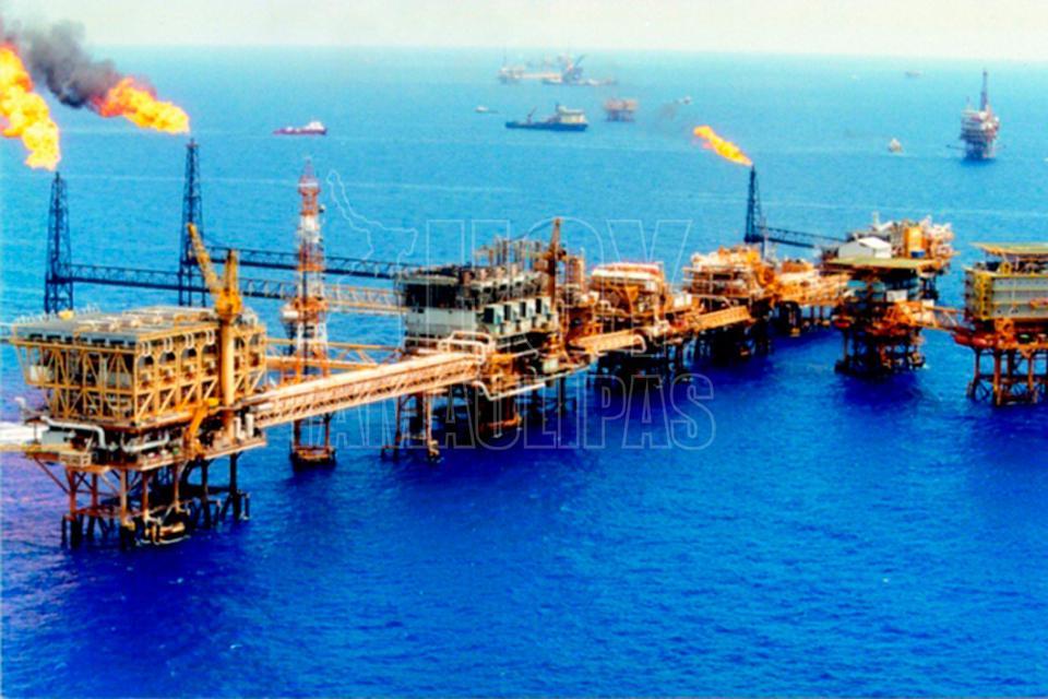Petróleo sube ante posible extensión del recorte de OPEP