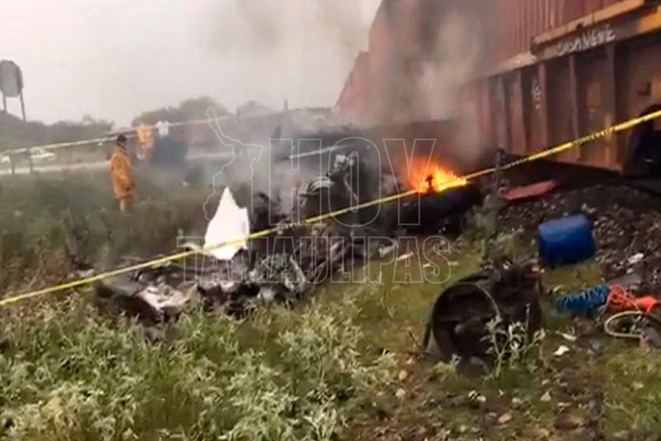 Estalla incendio en tráiler al atravesarse al paso del tren