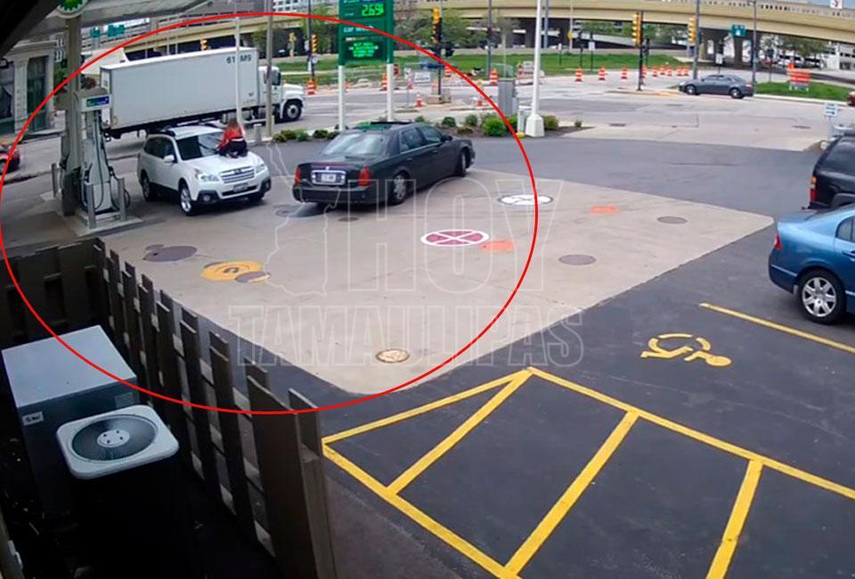 Mujer se sujeta del parabrisas para evitar que le roben su auto