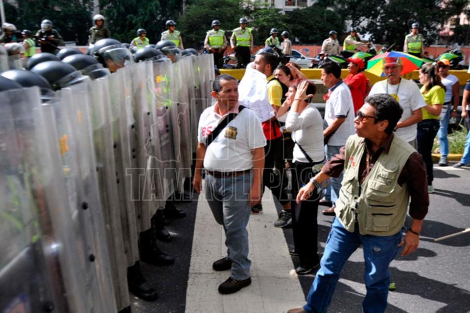 Maduro intenta calmar las aguas con promesa de un referéndum