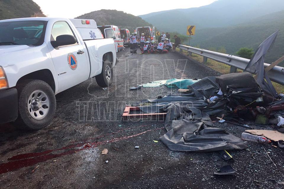 Choque entre camión y tráiler deja 6 muertos en Tamaulipas