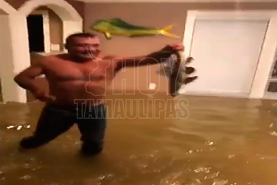 Hombre pescó en la sala de su casa inundada por Harvey