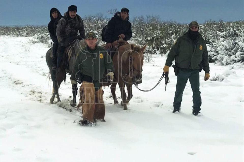 Rescatan de la nieve a 25 indocumentados. Entre granizo, lluvia y aguanieve