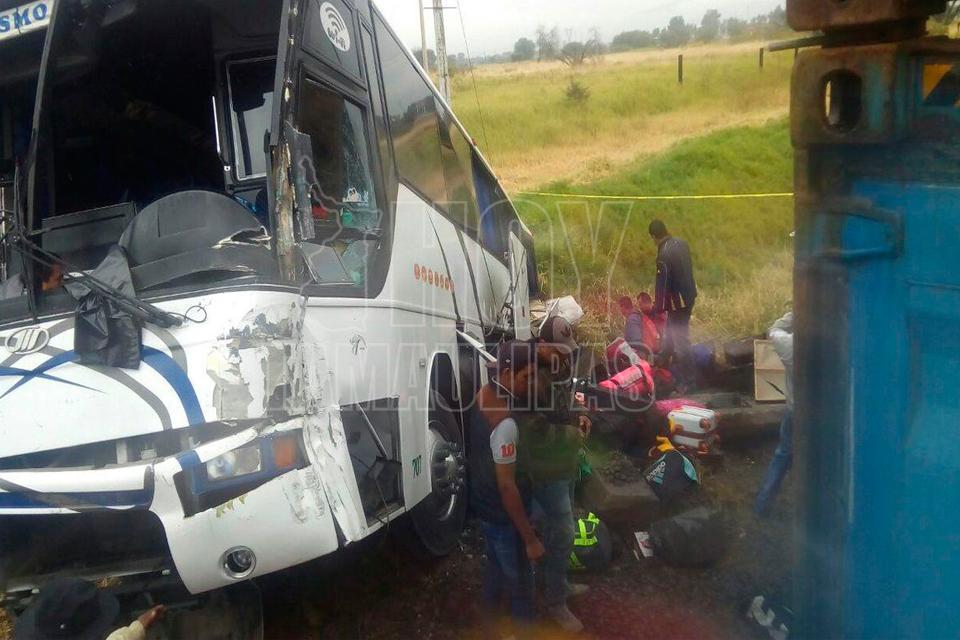 Choque entre camión de pasajeros y tren, deja dos muertos