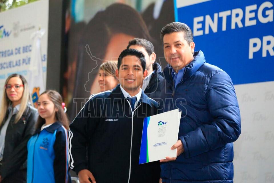 Gobernador apoya a jóvenes con 145 mil becas