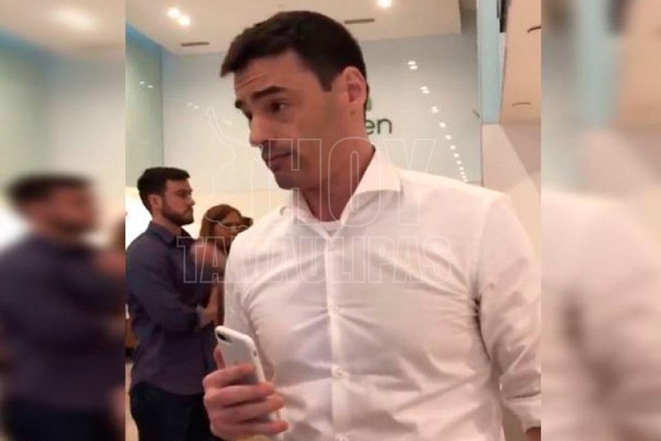 Hombre enloquece cuando escucha a unas personas hablar en español en restaurante